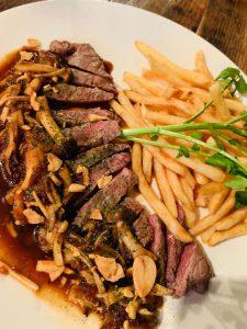研修の後にがっつりとお肉とポテトを食べました。