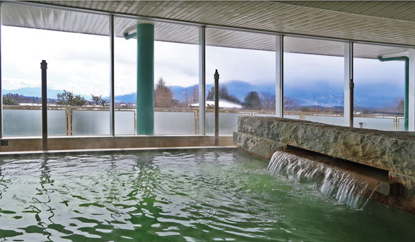 たかねの湯の湯船の向こうに雪景色