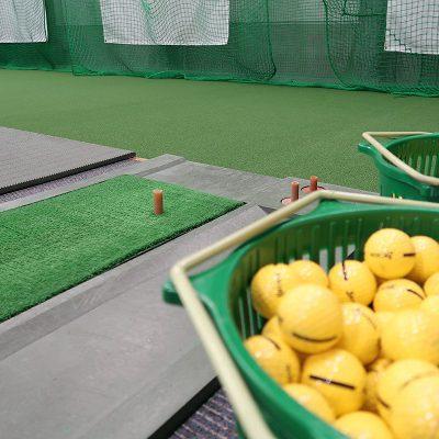 グリーンのゴルフレンジにダンロップのゴルフボール