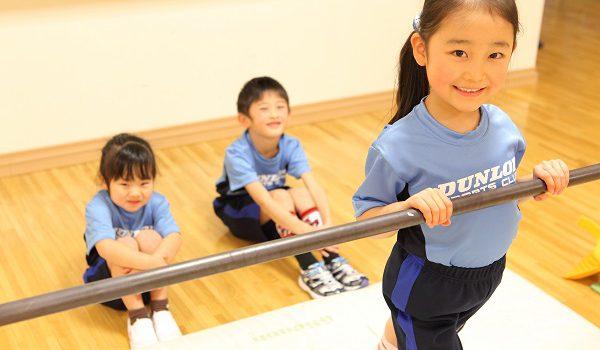 体育教室では体操競技の基礎として鉄棒を指導