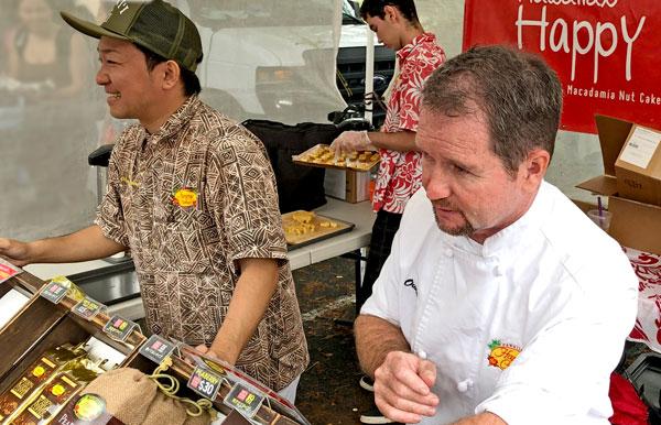 ハッピーケーキを販売するファーマーズマーケット