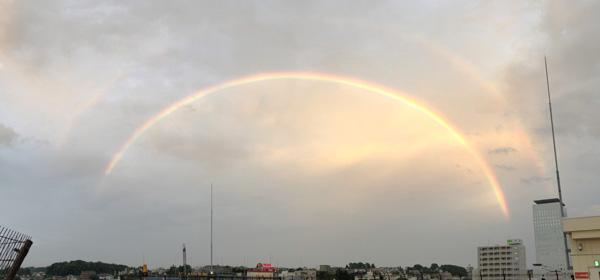 放課後に同級生と見た虹、部活を引退したので帰宅時間はまだ明るい。