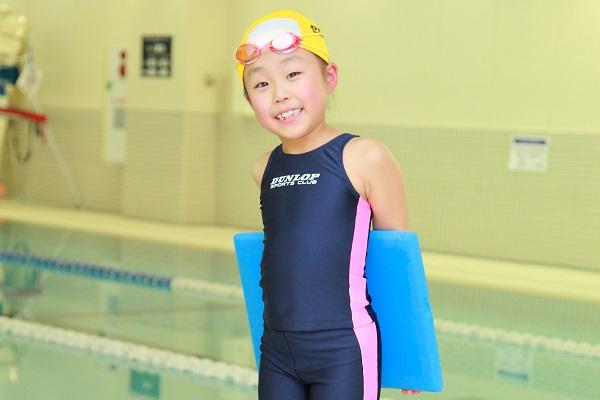 スイミング教室では水泳競技の基礎となるフラッターキックを指導(いわゆるバタ足)