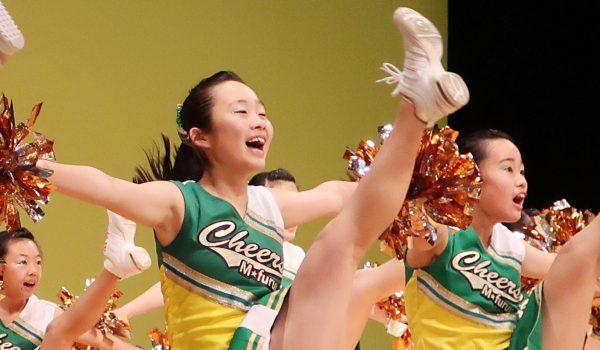 チアダンス発表会でパフォーマンスをする女子中学生