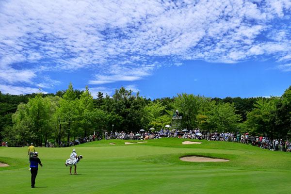 青空と緑の芝が美しいゴルフ場