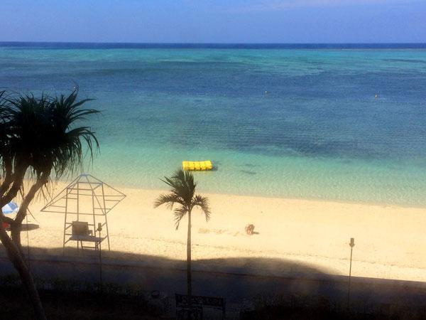 沖縄、恩納村のビーチ