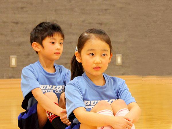 体育スクールの小学生、ちょっと不安そう。