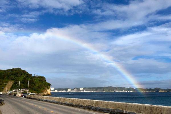道の向こうに見える虹